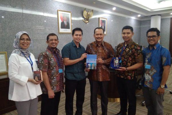 Penyerahan plakat UMRAH dan Buku FTZ menuju KEK di Batam, Bintan, Karimun ke  Duta Besar Republik Indonesia untuk Singapura I Gede Ngurah Swajaya (2 Juli 2018)