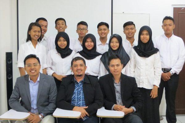 Seluruh mahasiswa HI UMRAH angkatan 2016 berfoto bersama dengan Tim Pengajar.